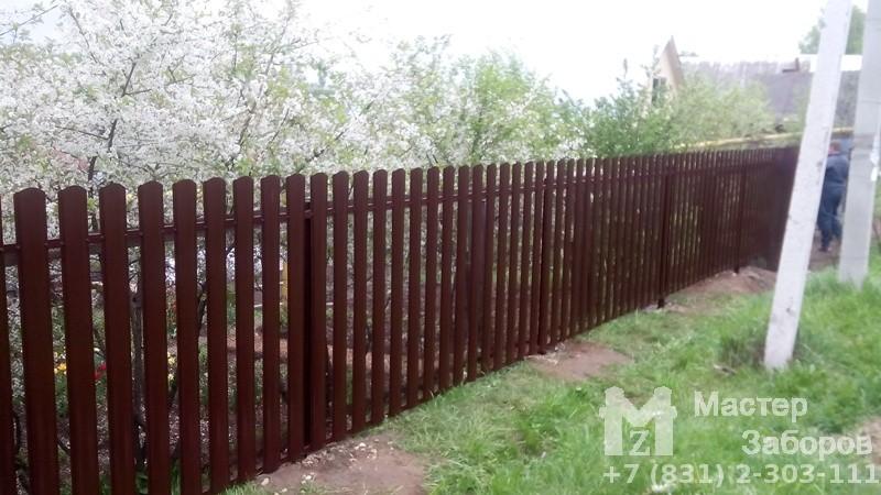 Забор из металлического штакетника киров дизаины ворот в свой дом фото