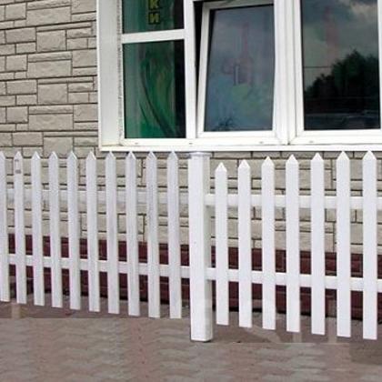 Классический забор из деревянного штакетника